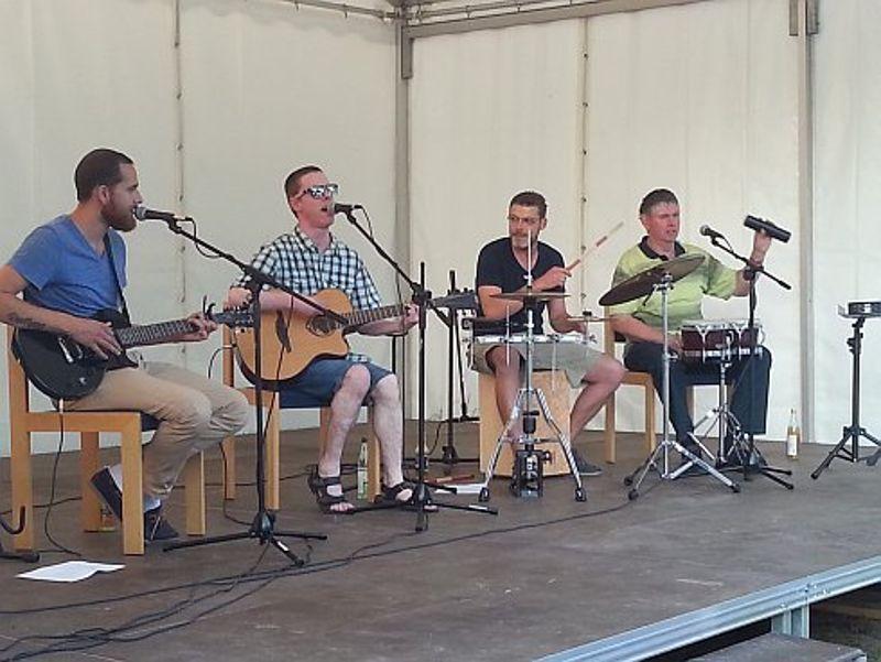 """Martin Fischer und seine Band """"Stereomat"""" rockten vor dem Kunstbesetzten Haus"""